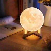 IMPAQT Maan Lamp 13CM 3D Moon light op houten standaard – USB Oplaadbare Maanlamp met 2 kleurstanden – Sfeerlamp - Leeslamp - LED Nachtlamp - 13 cm.